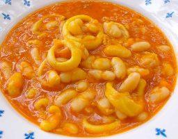 alubias con calamares en salsa roja