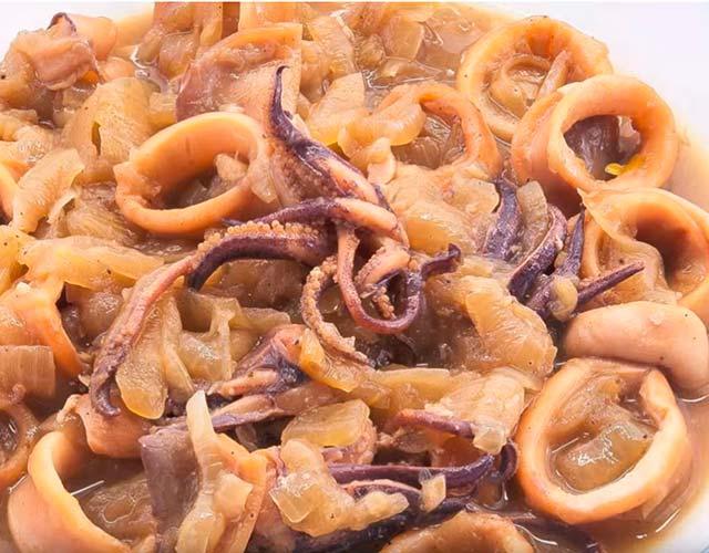 Calamares encebollados