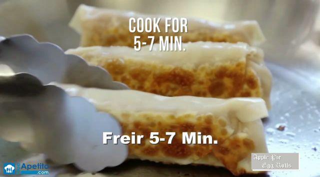 Pasa luego cada rollito por una mezcla de azúcar y canela.