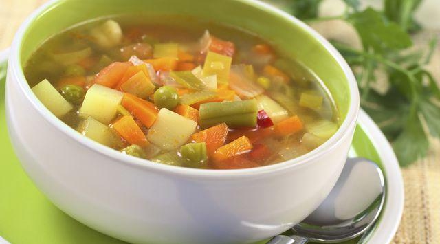 Sopa de verduras y pollo fácil