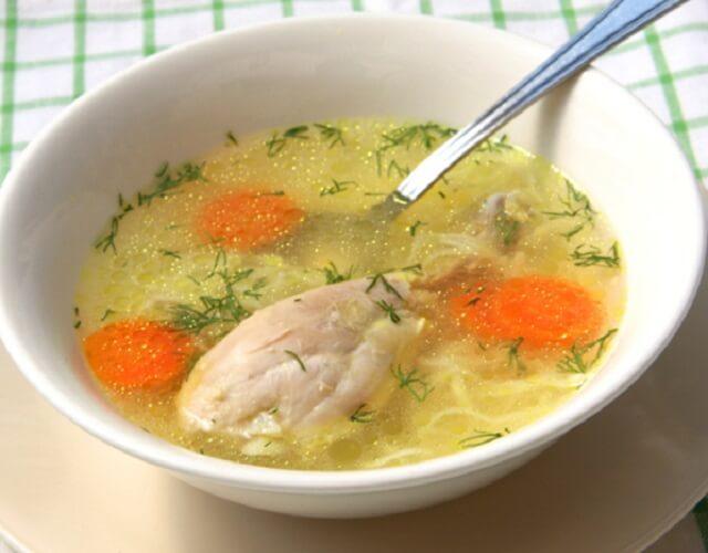 Sopa de pollo con verduras