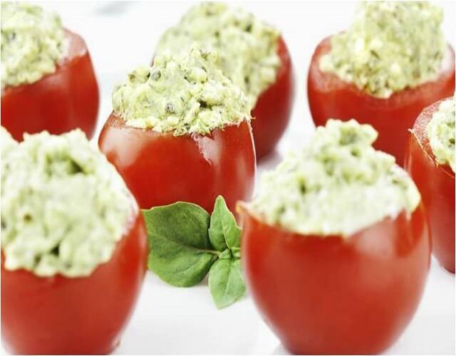 Tomates rellenos con aguacate y atún