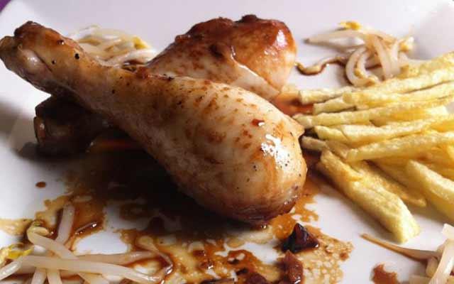 Pollo marinado en salsa de soja