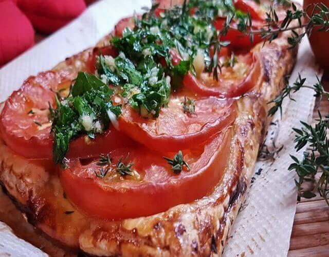 Tarta salada de hojaldre con tomate