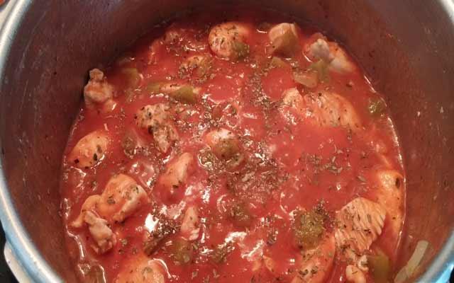 Pollo en salsa fácil de tomate