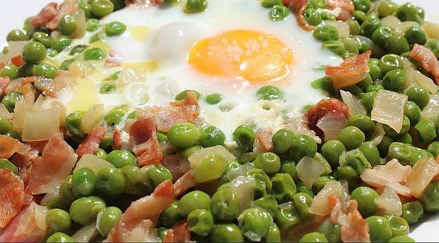 Guisantes con huevo