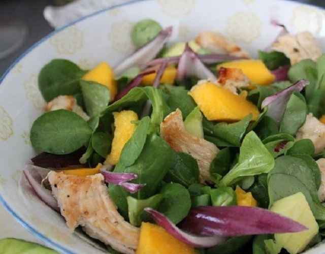 Ensalada de mango y pollo
