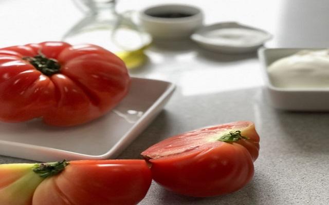 Carpaccio de tomates con pesto