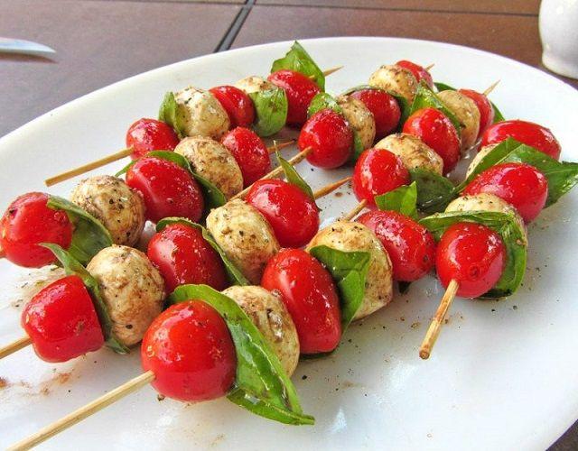Brocheta con tomates cherry