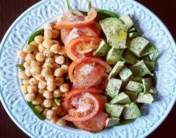 Ensalada de garbanzos, aguacate y tomate