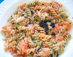 ensalada de pasta con salmón