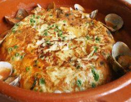 Tortilla guisada con almejas