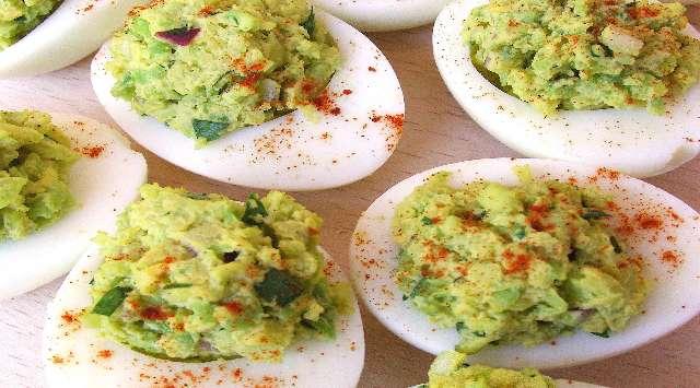 Huevos Rellenos de Atún y Aguacate