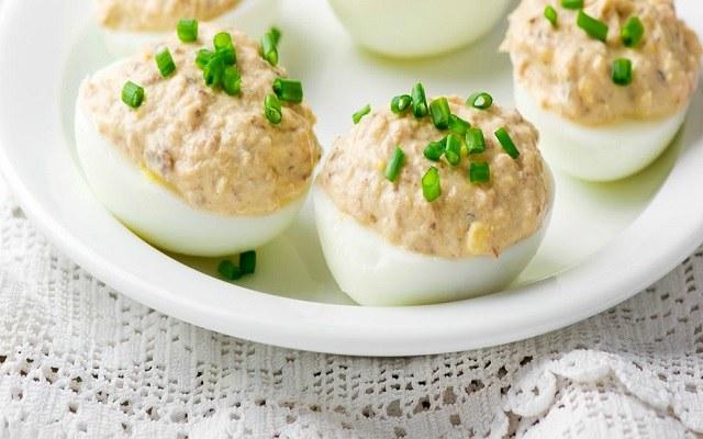 Huevos rellenos de carne de pollo