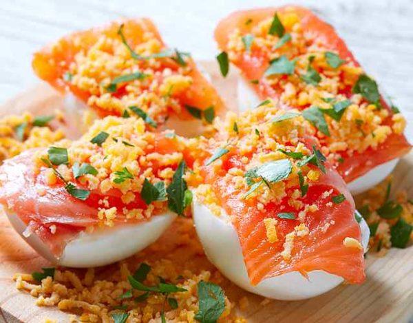 Huevos rellenos de salmón