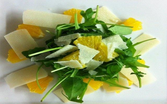 Ensalada de rúcula naranja y queso