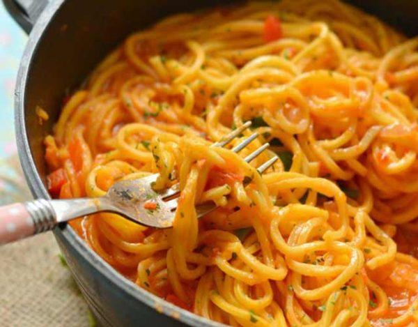 Espaguetis con salsa picante