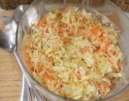 Ensalada de col con salsa mostaza