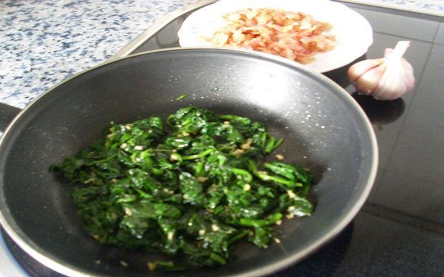 Ensalada templada de espinacas fritas