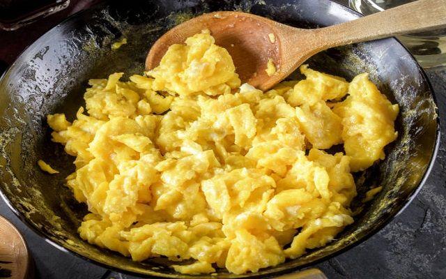 Huevos revueltos con queso