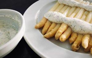 Espárragos blancos con salsa yogur