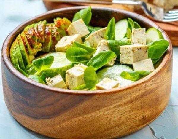 Ensalada de tofu marinado, aguacate y canónigos