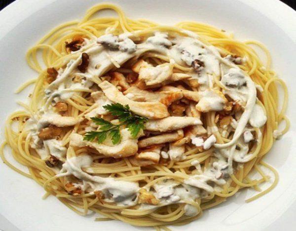 Receta de Espagueti con pollo y champiñones