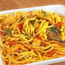 Espaguetis con pollo y curry