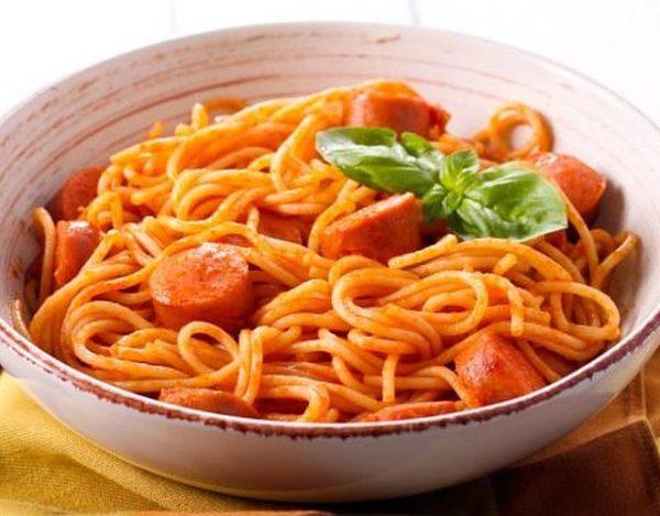 Espaguetis con salchichas y tomate