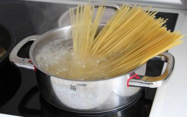 Espaguetis con gulas al ajillo