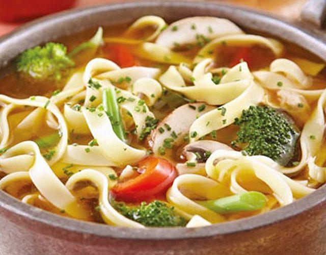 Sopa de tallarines con pollo