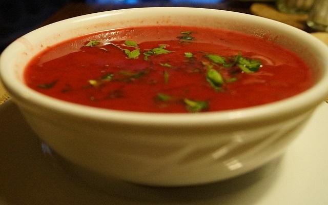 Sopa de tomate con hierbas aromáticas