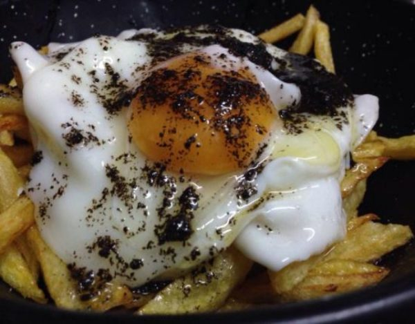 Receta de Huevos rotos con salsa de trufa