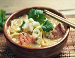 Sopa de salmón estilo thai