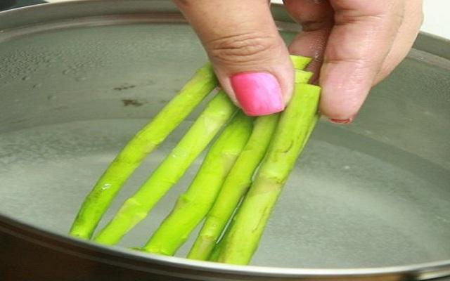 Lomos de merluza con salsa de espárragos
