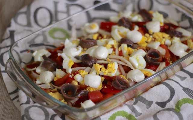 Ensalada con huevos y anchoas