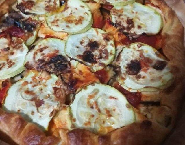 Pizza de hojaldre con verduras
