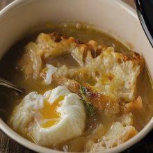 Sopa de cebolla con huevo poche