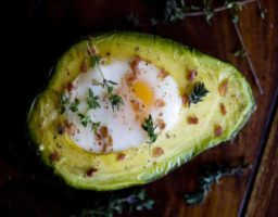 Aguacate al horno con huevo