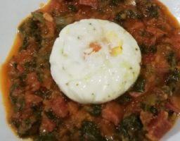 Acelgas con tomate y huevo