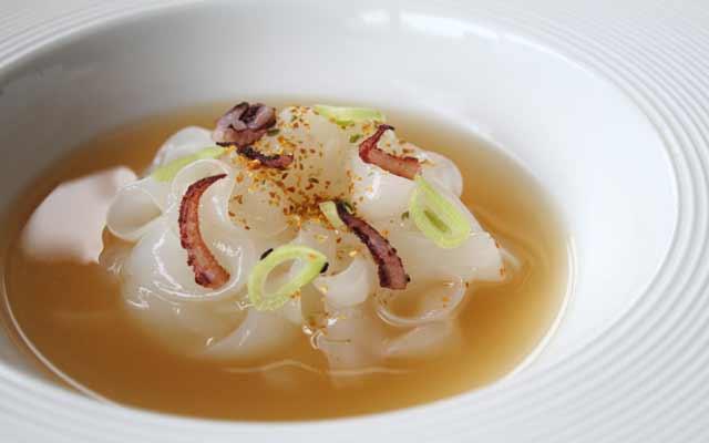 Sopa aromática con calamares