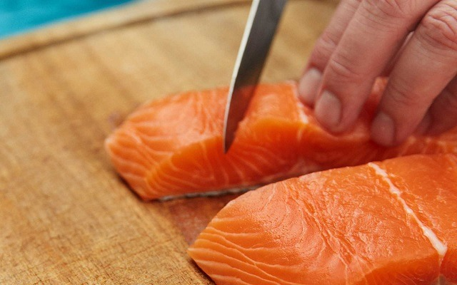 Aguacates con mousse de salmón