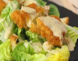 Ensalada césar con pollo empanado