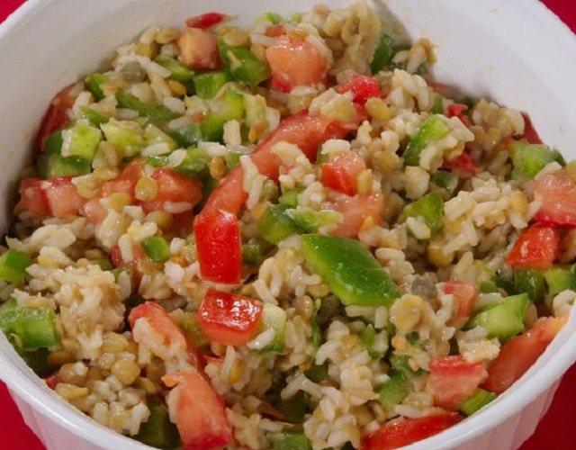Ensalada de arroz integral con verduras