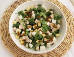 Ensalada con queso fresco y pavo