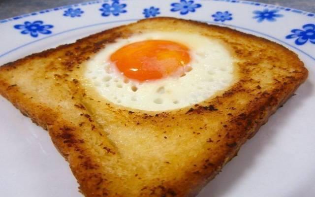Tostada con huevo en el centro
