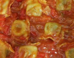 Raviolis de setas con salsa de tomate