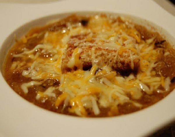 Sopa de cebolla con caldo de pollo