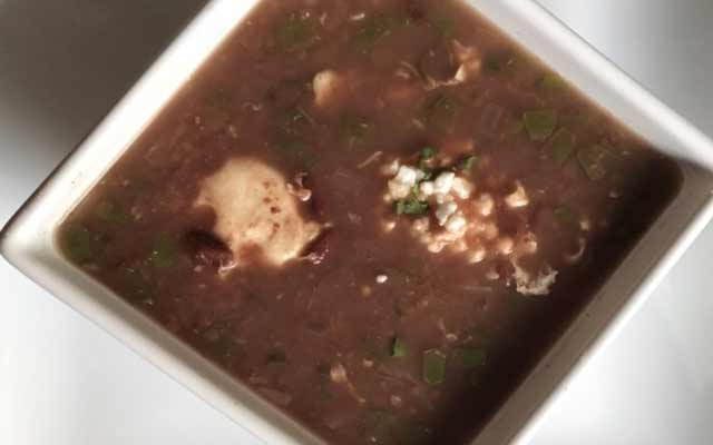 Sopa de frijoles nicaraguense