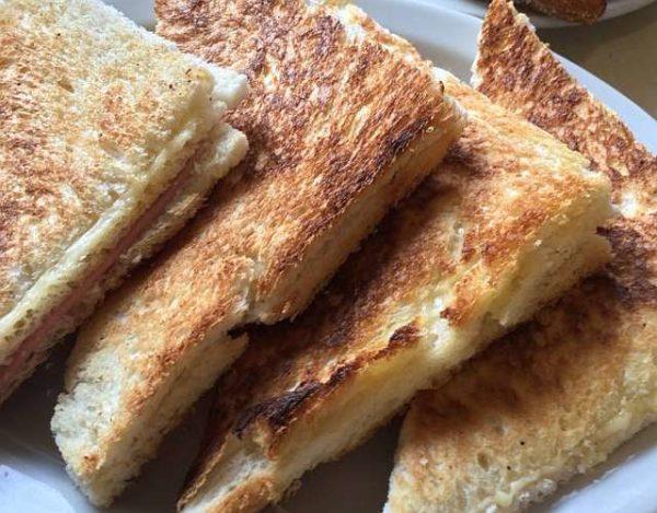 Tostada de jamón y queso al horno
